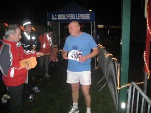 aan de finish aan het kijken wie er allemaal na me arriveert... ik ben die verlichte geest links :)