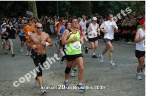 dicht tegen de aankomst, het loopt niet meer en ben overgeschakeld naar een schuiffelende marathon-loopstijl