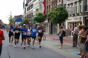 we lopen eerst samen in een groepje, maar kiezen iets later voor een rustiger tempo en laten het groepje lopen...