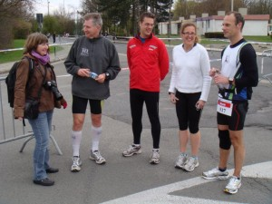 Bijpraten met Martine, Herman, Julie en Nico voor de start van de 10K wedstrijd
