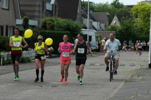 rond het 35 kilometer punt, nog 2 lopers over, even m'n armen stretchen... (foto: Trudy Schils)